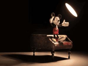 Mickey representando o curso da Disney e Khan Academy