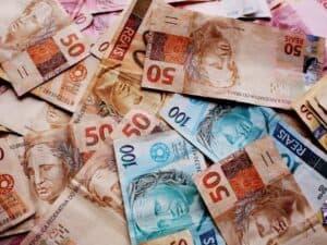 Várias cédulas de 50 e 100 reais