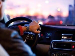 Imagem de um motorista dirigindo um carro, ele deverá ser impactado com o novo prazo de renovação da CNH
