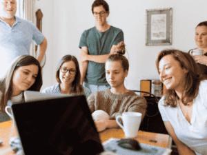 pessoas ao redor de computador, representando programa trainee ipiranga 2021