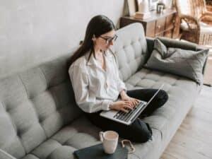 Imagem de uma pessoa usando o computador para saber quando o nome fica limpo