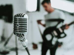 Imagem de um cantor, que poderá receber a renda emergencial para cultura