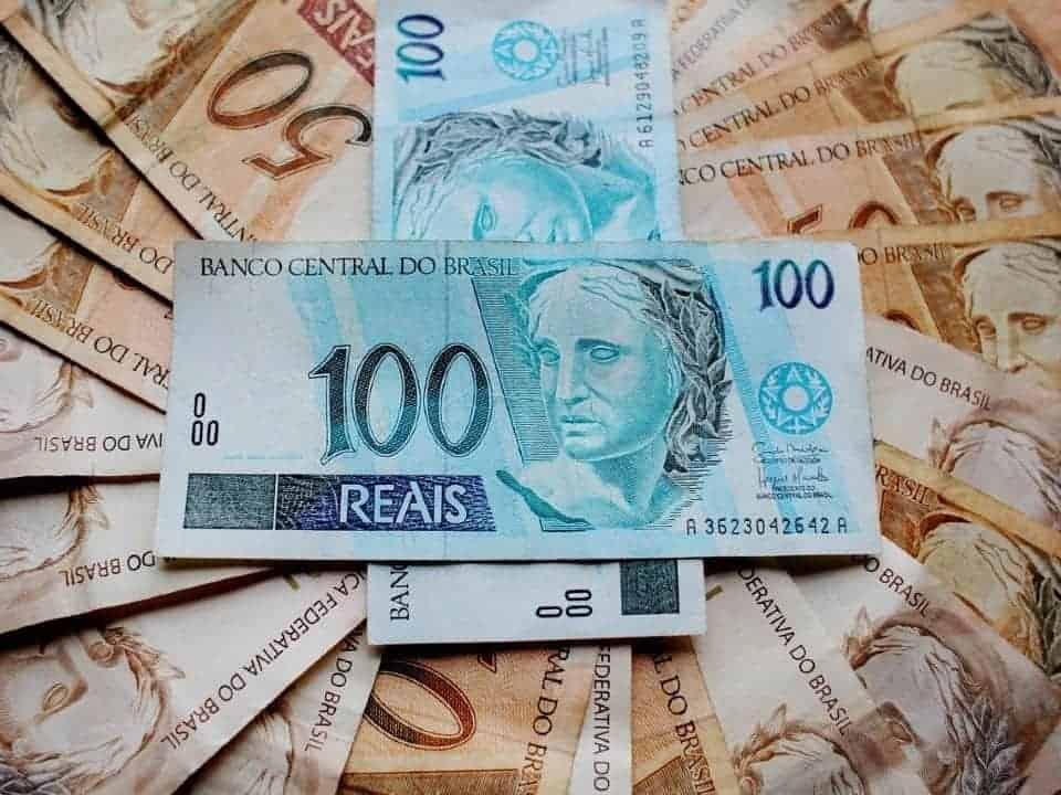 Imagem de notas de reais representando a ação de renegociação de dívidas com a Caixa