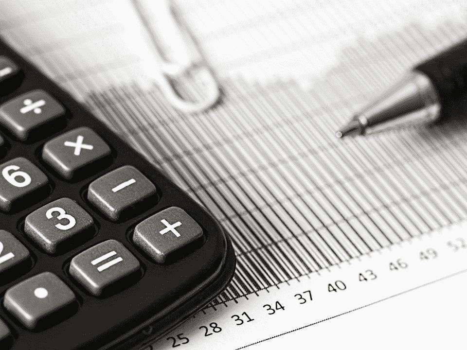 calculadora e números, representando reunião do copom