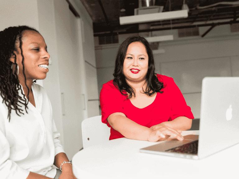 mulheres em frente a computador, representando salários de até R$ 9 mil