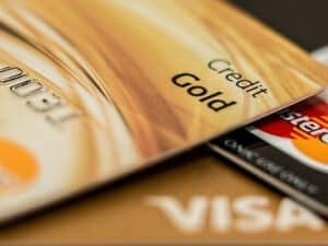 Imagem de vários cartões, representando o conteúdo sobre o score mínimo de cartão de crédito