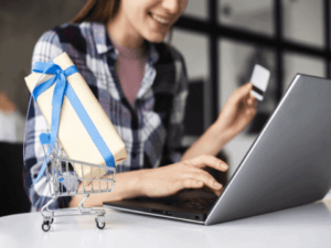Mulher fazendo compras pelo computador e aproveitando os descontos da Semana do Brasil