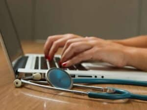 Imagem de um médico, que poderá prestar consultas no novo serviço de saúde da Porto Seguro