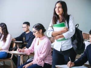 Imagem de estudantes que poderão solicitar a suspensão de pagamentos do Fies