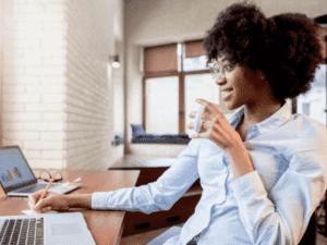 mulher em frente a computador, representando vagas de emprego no Guia Bolso