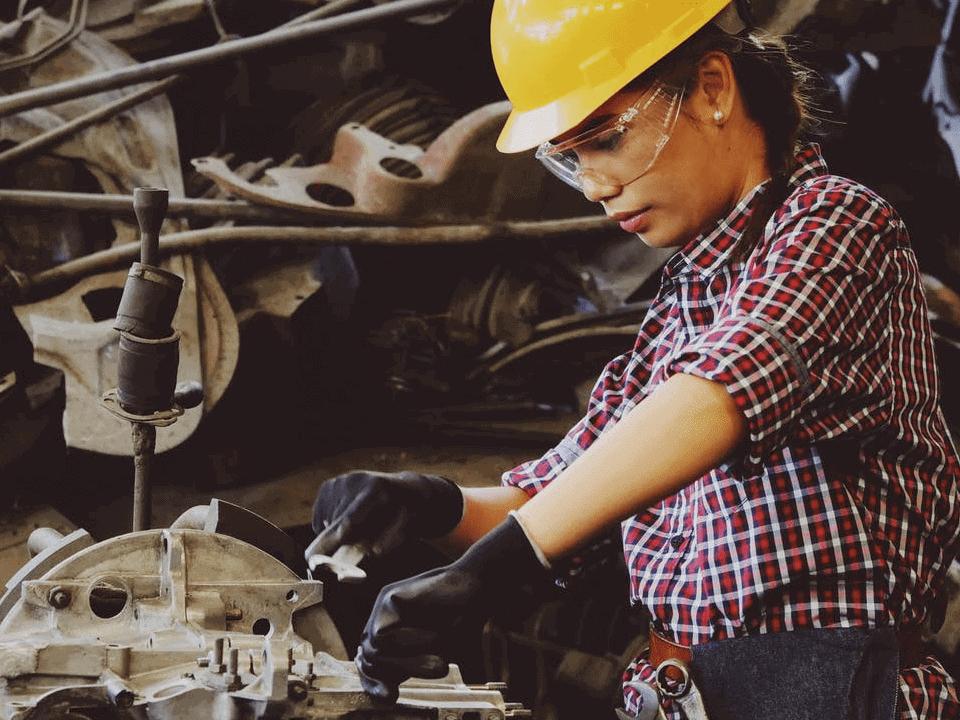 mulher trabalhando numa indústria para ilustrar a vaga de trainee da mineradora Vale