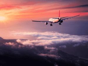 avião no céu, representando viagens pós-pandemia