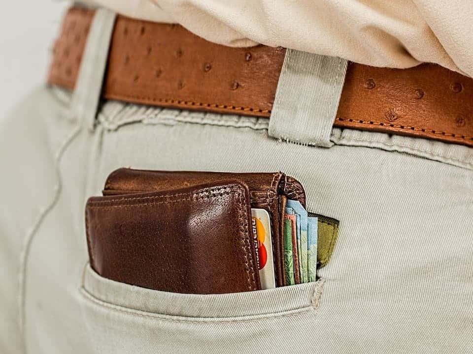 Close em carteira em bolso de homem representando fintech de open banking