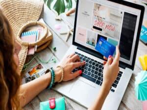 pessoa no computador com cartão, representando compras online na Black Friday