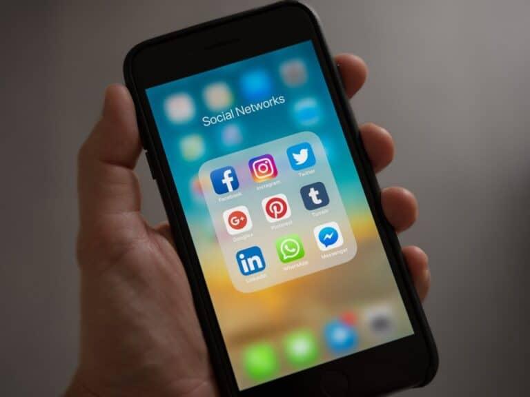 Imagem de um celular com vários aplicativos simbolizando a notícia de que agora a 99 aceita corridas pelo WhatsApp