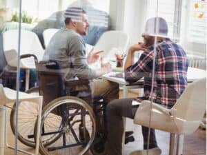 cadeirante em entrevista de emprego, representando vagas na Cargo X