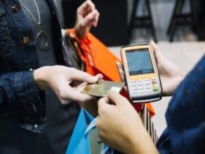 pessoa passando cartão em maquininha, representando Desconto na maquininha para MEI ajuda nos negócios