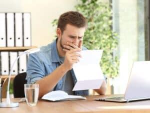 homem preocupado com papel, representando Dívida caduca