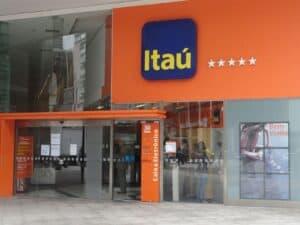 Fachada da agência do banco Itaú, representando fundo multigestor Itaú
