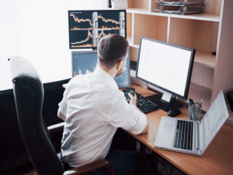 Homem faz análises para investir em um IPO