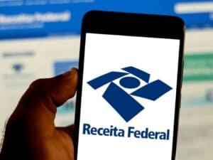 Tela de celular com símbolo da Receita Federal, representando malha fina do irpf