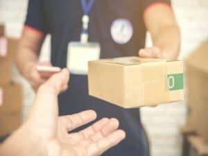 homem entrega pacote de produto representando Magazine Luiza compra empresa de logística e plataforma de gestão de transporte