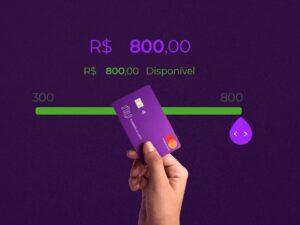 Cartão Nubank com linha do tempo de limite ao fundo, representando Nubank está testando função de aumento de limite