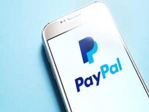 celular com logo do paypal, representando instituições excluídas do PIX