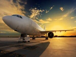 avião no solo, representando Companhias aéreas oferecem oportunidades para acumular milhas