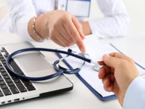 mãos e estetoscópio, representando ajuste retroativo do plano de saúde