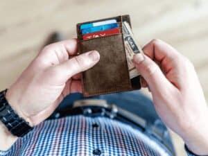 homem tirando cartão de carteira, representando azul lança cartão