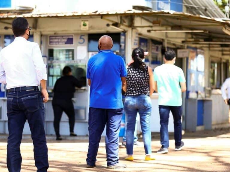 fila de pessoas em lotérica, representando bb encerra operações nas lotéricas