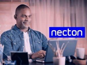foto de divulgação da necton com homem usando computador, representando btg compra necton