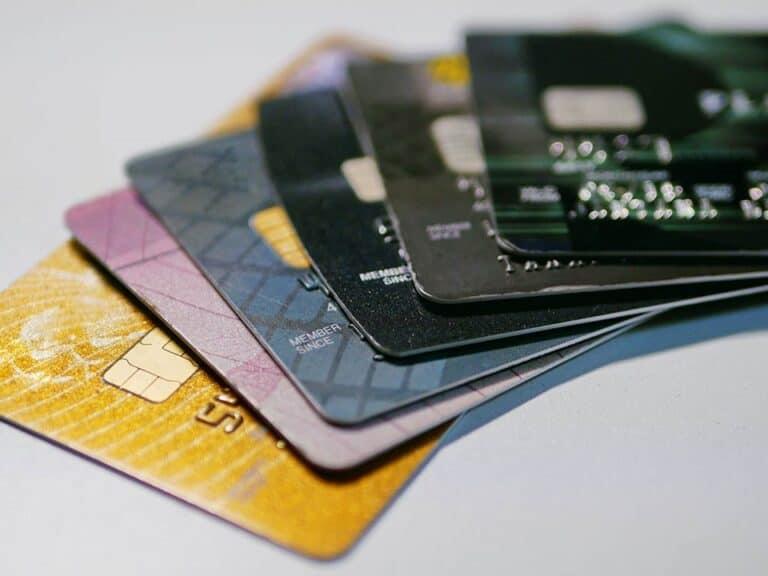 Cartões empilhados, representando cartão de crédito fácil de aprovar