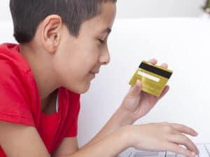 menino com cartao de credito para criancas