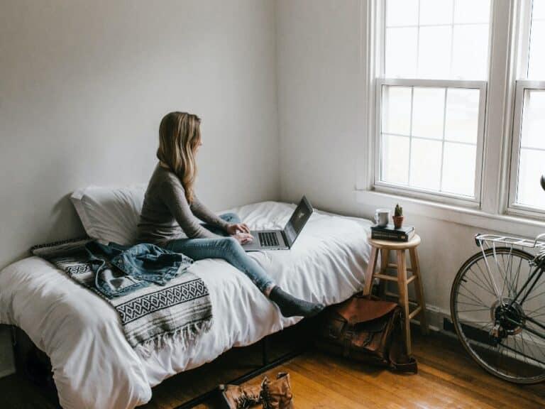 Imagem de uma mulher pesquisando sobre como cancelar previdência privada
