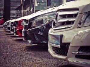 carros enfileirados, representando carros por assinatura