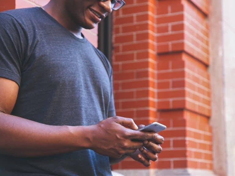 Imagem de um homem usando o celular para conhecer mais sobre o Stix