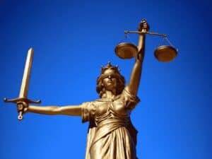 estátua da justiça, representando contestar negativa do auxílio