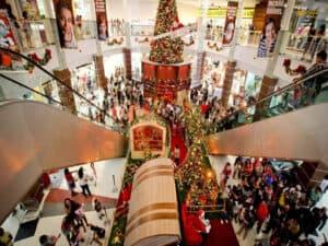 decoração de natal em shopping, representando contratação temporária de fim de ano