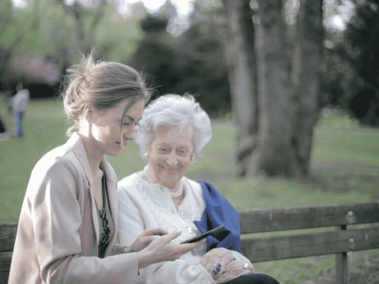 jovem e idosa, representando crédito consignado com valor maior