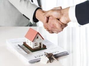 aperto de mãos, representando Pandemia não desacelera o crédito imobiliário e as pessoas continuam comprando imóveis