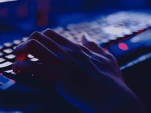 mão em teclado, representando domínios falsos para golpes com pix
