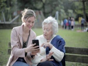 jovem e idosa, representando empréstimo consignado amplia para 35%
