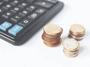 calculadora e moedas, representando empréstimo pessoal no OLX