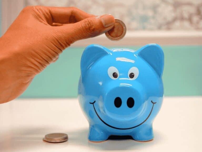 cofrinho representando famílias poupam mais