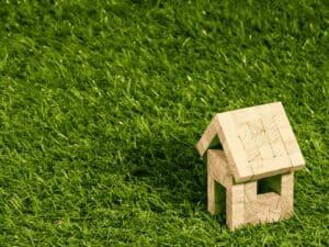 casa em miniatura, representando fgts para amortizar financiamento habitacional