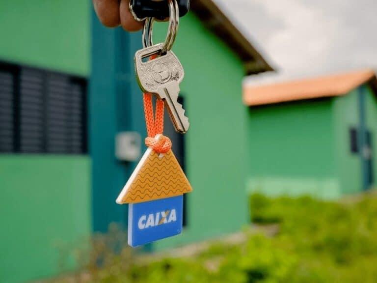 foto de chave com chaveiro da caixa, representando financiamentos habitacionais
