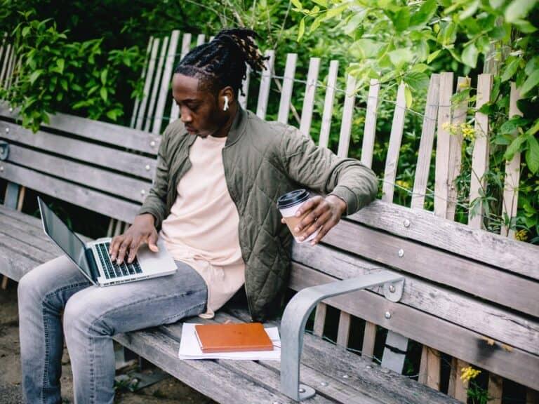 Imagem de um homem usando seu computador para saber sobre o Fundo de Investimento em Direitos Creditórios