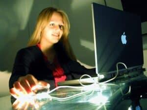Garota trabalha no computador para ganhar dinheiro sendo menor de idade